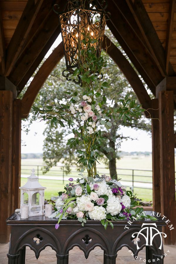laura-and-david-wedding-details-classic-oaks-venue-wedding-reception-ideas-purple-tcu-flowers-justines-love-sign-rustic-tracy-autem-photography-0030